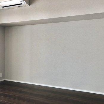 部屋の隅にデスクを置けば、集中できる空間に早変わり。※写真は9階の同間取り別部屋のものです