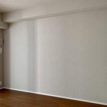 テレビはこちらの壁側に。