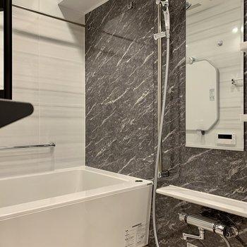 グレーのクロスがかっこいい。浴室乾燥機付きです。