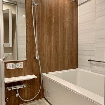 茶色のクロスで落ち着いた雰囲気。浴室乾燥機付きです。