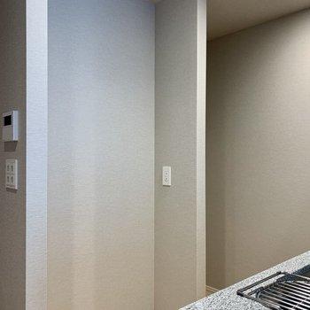 【LDK】後ろには冷蔵庫や食器棚が置けそうなスペースも。