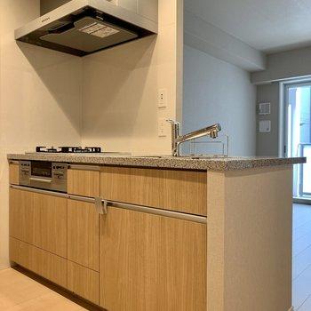 【LDK】キッチン下には調理器具がしっかりしまえます。