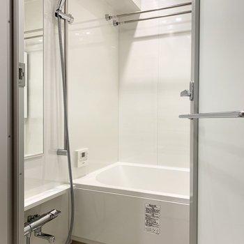 浴室乾燥機付きで、ゆったり入れそうな広さのバスルーム。
