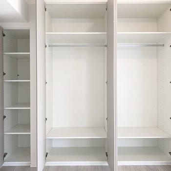 【洋室】右側には洋服、左側には書類などに良さそう。高さを調節できるので臨機応変に使えます。