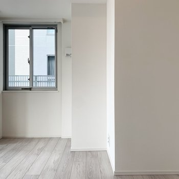 【洋室】柱が出ているのでベッドの置き場所は寸法を確認して慎重に。