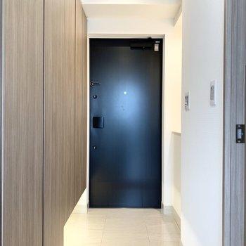 玄関はダウンライトがオシャレです。左の壁は収納!