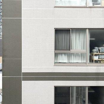 バルコニーからの眺望はお隣の建物。