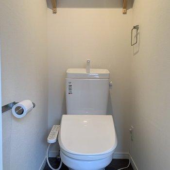 トイレの上にも棚がついてます〜〜