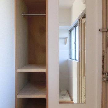 玄関前の姿見はとっても便利。※写真は4階同間取りのもの使用