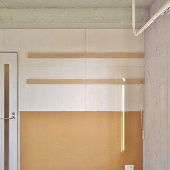 こちらの壁側には、ファブリックパネルとしていろいろ飾れます。※写真は同タイプの別室