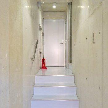 エレベーターは無いので、階段でてくてく。