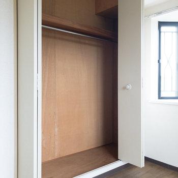 【洋室約4.6帖】クローゼット。丈の長い衣類も掛けることができます。