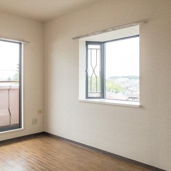 【洋室約6帖】西向きの出窓があります。二面採光なので明るいんです。