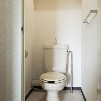トイレは個室です。上部に棚があります。