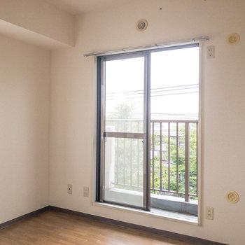 【洋室約4.6帖】キッチンの真後ろにある洋室です。
