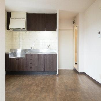 【DK】シックな色合いのキッチンが特徴的なDK。