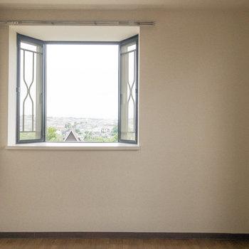 【洋室約4.6帖】出窓から街を一望できます。とても綺麗です。