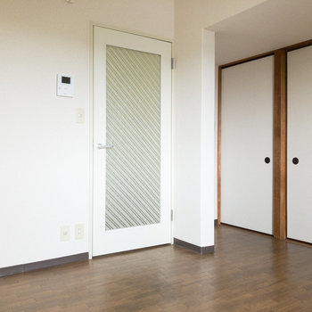 【DK】くもりガラスのドアの先には廊下があります。