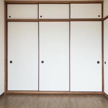 【洋室約6帖】襖が日本的な雰囲気を演出。
