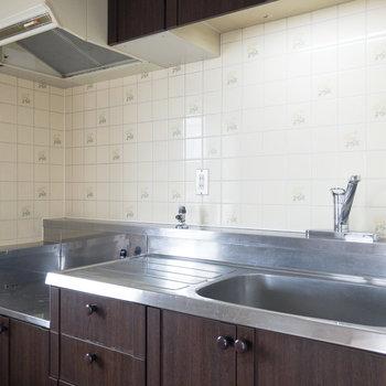 【DK】キッチンには2口コンロが設置できます。調理スペースやシンクは十分な横幅がありました。