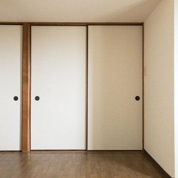 【DK】左側には和室、奥には洋室があります。