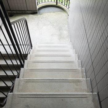 お部屋のある4階までは階段で移動します。