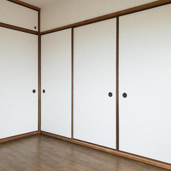 【洋室約6帖】右側には和室、奥にはDKがあります。
