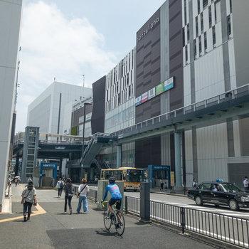 戸塚駅周辺です。さまざまな種類のお店があります。かなり栄えている印象を受けます。