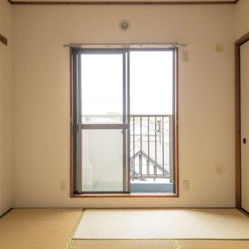 【和室約6帖】こちらの窓は洋室よりややコンパクトです。