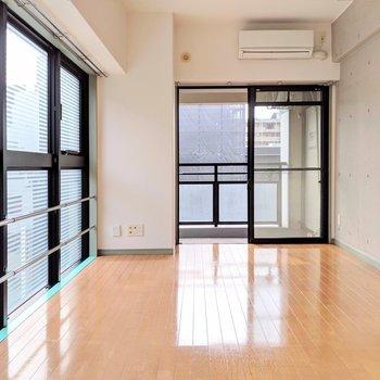 コンクリ×連窓 (※写真は6階の同間取り別部屋のものです)