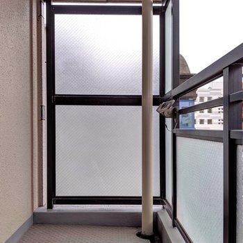 硝子貼りで明るいバルコニー。 (※写真は6階の同間取り別部屋のものです)
