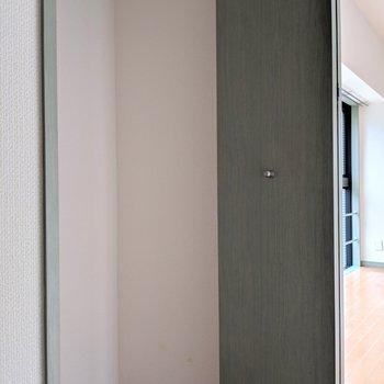 コンパクトめなクローゼット。 (※写真は6階の同間取り別部屋のものです)