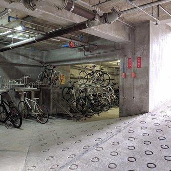 地下に駐輪場♫暗くないから怖くない笑