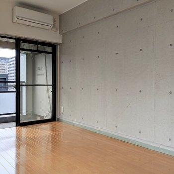 コンクリート打ちっぱなし。家具のコーディネートが楽しそう。 (※写真は6階の同間取り別部屋のものです)
