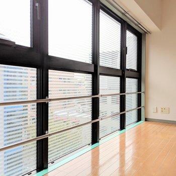 この窓がすごい。都会に似合う〜!ボーダーで半曇りガラスになってる。 (※写真は6階の同間取り別部屋のものです)