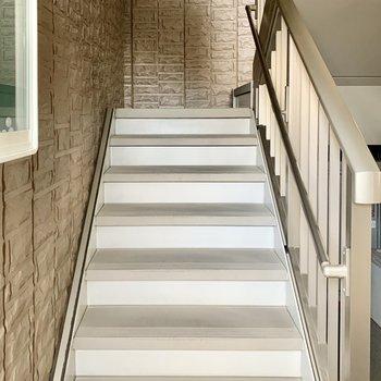 3階までは階段で。