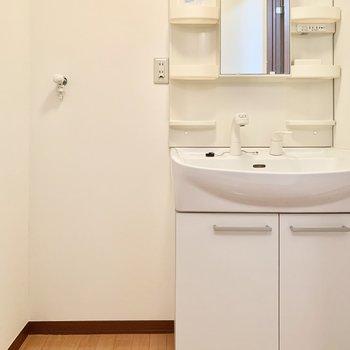 洗濯機は洗面台の横に。