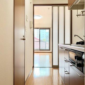 キッチンの横には冷蔵庫を置けそうなスペースも。