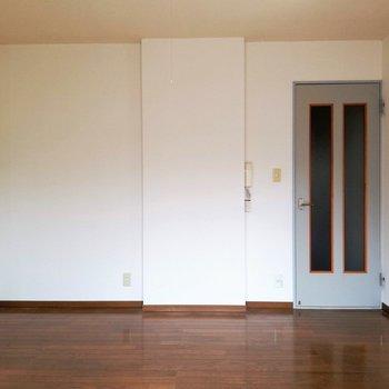 【DK】開き扉の水色がアクセントになっています。※写真は2階の同間取り別部屋のものです
