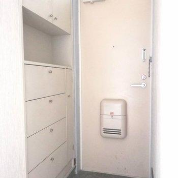 玄関はややコンパクトですが、、、※写真は2階の同間取り別部屋のものです