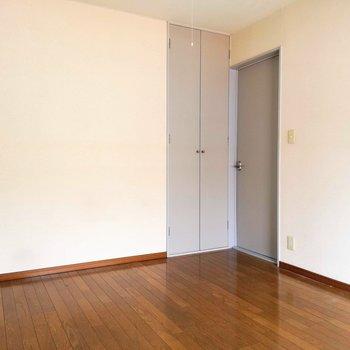 【洋室】収納は縦長です※写真は2階の同間取り別部屋のものです