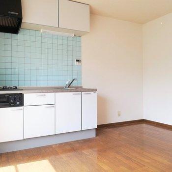 【DK】和室とは反対側にキッチン、収納が充実です!※写真は2階の同間取り別部屋のものです
