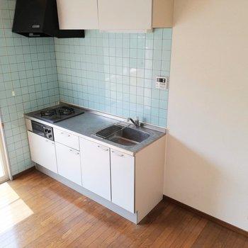 【DK】2口コンロで、冷蔵庫のスペースも広々ですね。※写真は2階の同間取り別部屋のものです