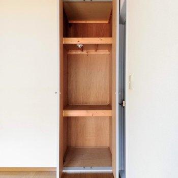 【洋室】パカッと開いて、収納ボックスで整頓がgoodかな。※写真は2階の同間取り別部屋のものです
