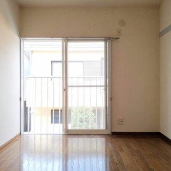 【洋室】洋室にも窓が、風が心地よい。※写真は2階の同間取り別部屋のものです