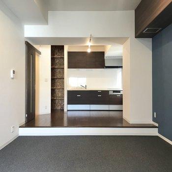 キッチンが小上がりに!コンセントもたくさんありますよ。