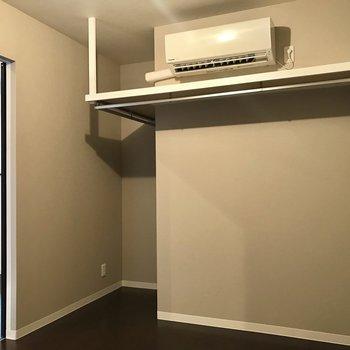 【洋室5畳】エアコン、あります!服もこちらに収納しましょう。
