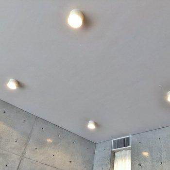 天井はスポットライトで!。※写真は1階の同一タイプのお部屋のもの
