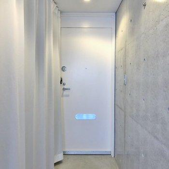 玄関はフラットに★。※写真は1階の同一タイプのお部屋のもの