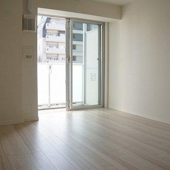 窓から柔らかい日が差しこむ。落ち着くー※写真は10階の同間取り別部屋のものです